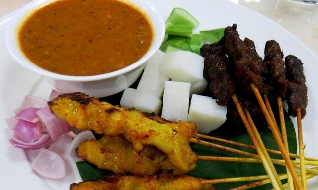 画像: マレー風の代表的な料理「サティ」。鶏肉や牛肉の串焼きで、ピーナツソースを付けて食べる