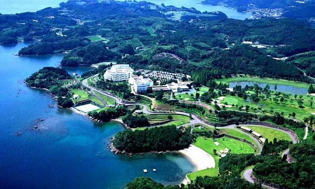 画像: 丘の上に建つホテルとクラブハウスを中心にコースが広がる
