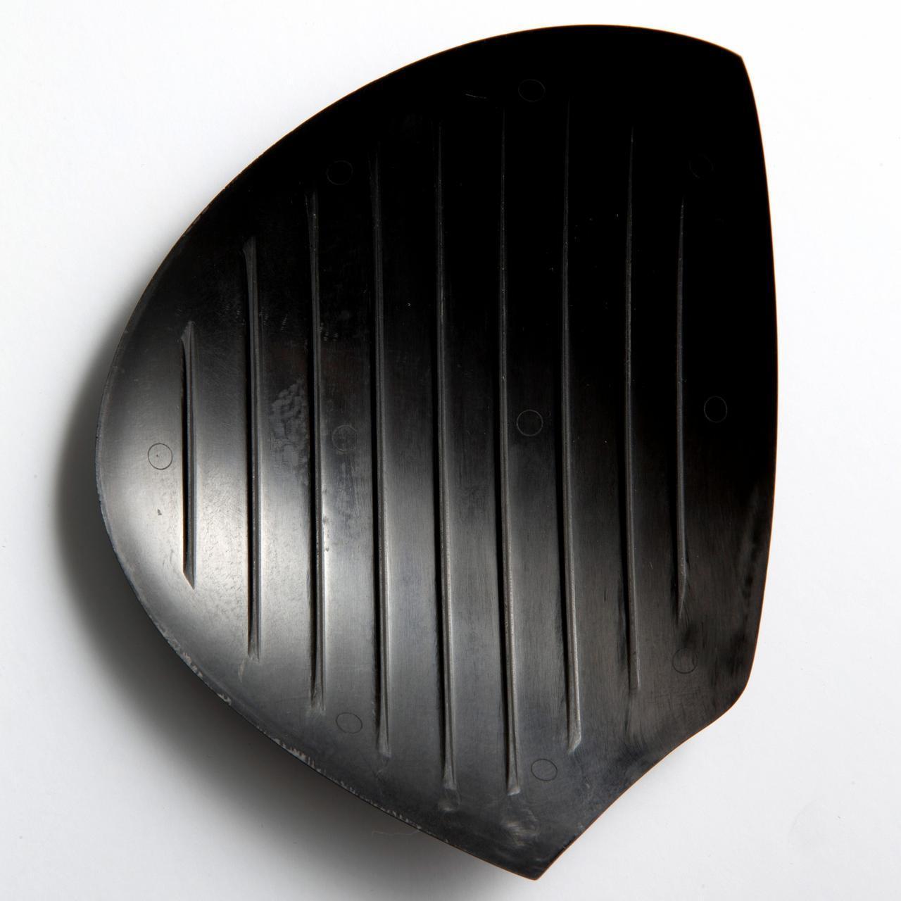 画像: 業界初の新素材カーボンを採用。最薄・最軽量を実現したことで、余剰重量を適切に配分。ヘッド内部にリブを配し、高い強度と最適なたわみを生み出した