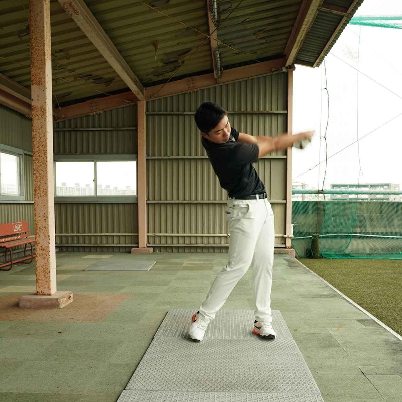 画像: 遠心力を使うホーガン投げ選手のようなフォロースルー