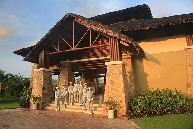 画像: ベトナムらしいコロニアル様式のクラブハウス