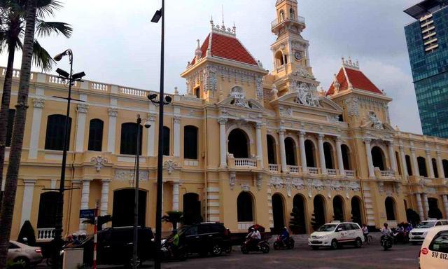 画像: 人民委員会庁舎。コロニアル調の贅沢な造り