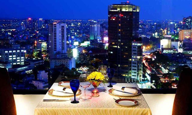 画像: 夜景を観ながらのディナー