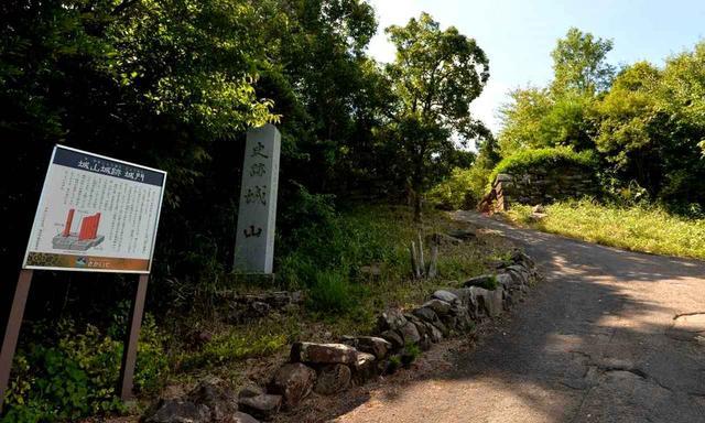 画像: 今もコース内に残る、石造りの城門跡