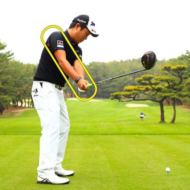 画像: 上体の前傾に合わせて肩を回転させる