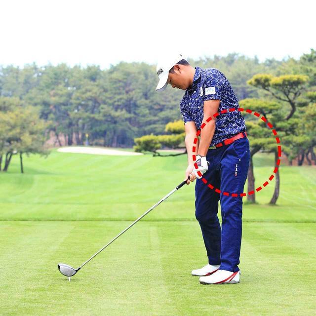 画像: 左腰が入ると、インパクトでボールを押せている