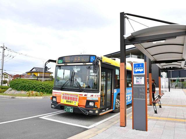 画像: 東武バスは平日の7時~10時に3便、週末の7時半~8時半に3便ゴルフ場行きバスを運行。荷物入れはないのでクラブは送っておくか、周りの人の邪魔にならないように配慮