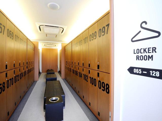 画像: ロッカールームも独特のデザイン。シャワールームのみで湯船はない