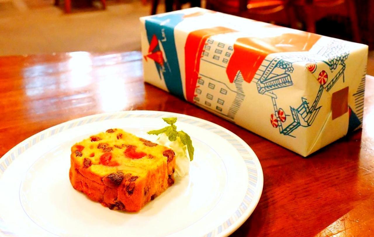 画像: フルーツケーキ 1ホール 2580円、1カット450円 お土産用の「赤倉観光ホテルの包み紙」がうれしい