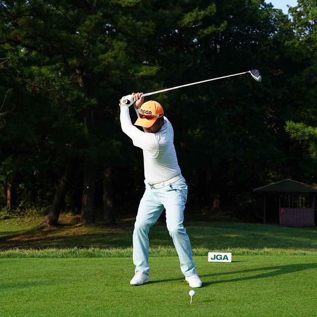 画像: 右股関節にしっかり乗っていて、背中が目標に向くほど回旋量は大きい