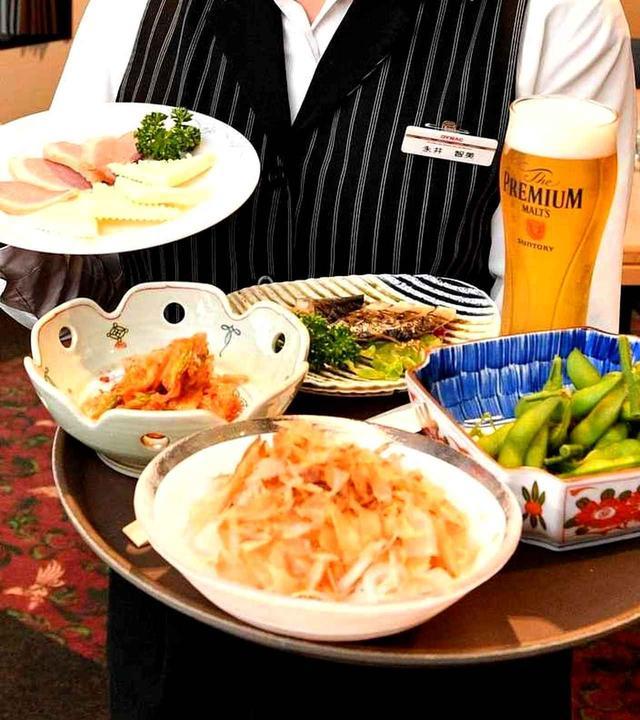 画像: 風呂から上がって帰りのバスを待つ間はレストランで一休み。生ビール1杯とおつまみ1品の「湯上りセット」が600円。サバの燻製やオニスラ、鴨スモーク、キムチなど数種類から選べる