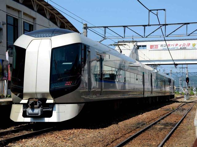 画像: 最寄りの新高徳駅まで直通の特急「リバティ会津」。他の特急の場合は下今市駅で乗り換えを