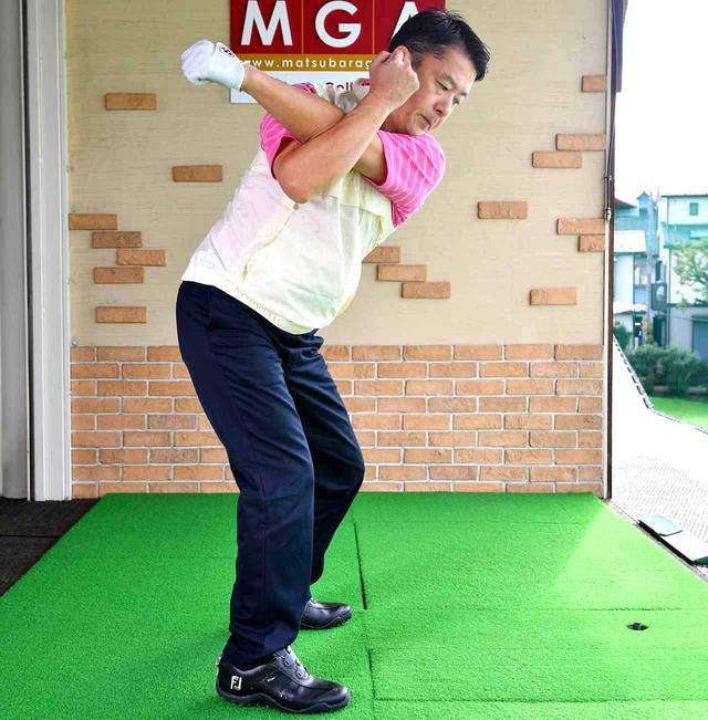 画像: 右手で左手をロックするように組んで、このままシャドースウィング