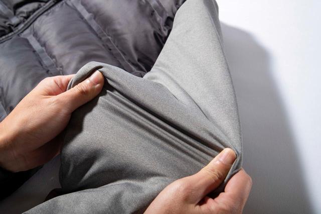 画像: 袖は、表地に撥水防風ストレッチニットを使い、中綿をイン。内側は肌触りのいいストレッチニット