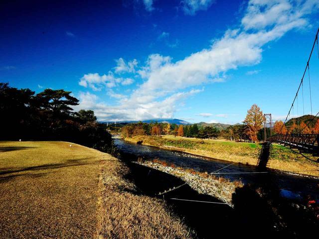 画像: 8番ホール(343ヤード、パー4)週末にはコースから東武鬼怒川線を走るSL「大樹」が見られることも