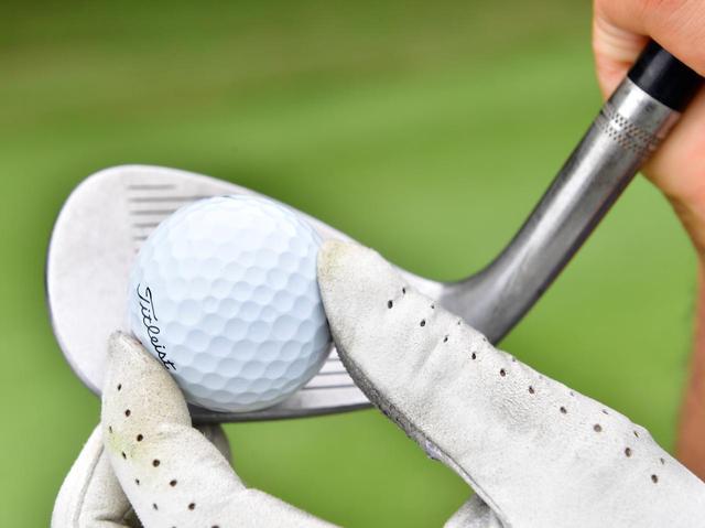 画像: 軌道はインサイドアウトで、ややトウ側に当てつつ、ボールを包み込むようにフェースをローテーションさせて打つ