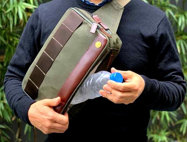 画像: バッグの下部には、ペットボトルポケット。取り出しに便利