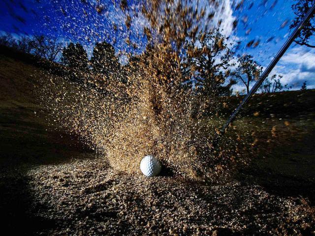 画像: 一番大事なことはバンカーから脱出し、できればピンに寄せること。砂にヘッドを叩きつけることではありません
