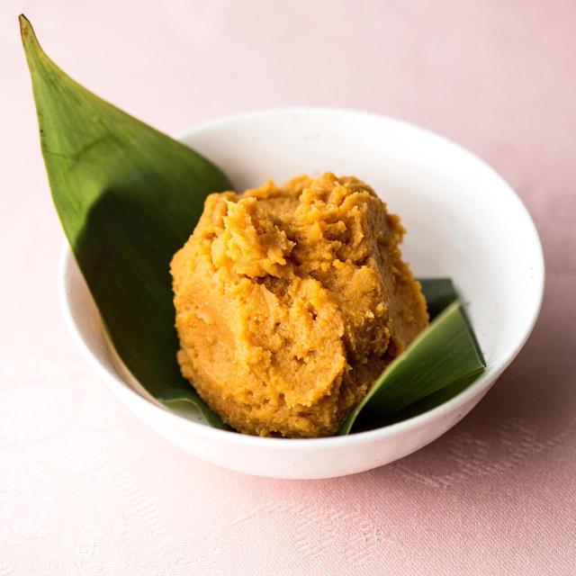 画像: 他の味噌汁には赤だしを使うこともあるが、素材の味を引き立てるために、豚汁にはクセのない信州味噌をセレクト