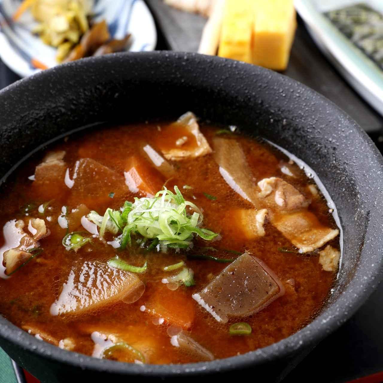 画像: 豚汁和朝食 1296円(豚汁・サラダ・香の物・海苔・焼き魚・卵焼き・ご飯)