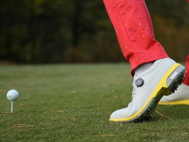 画像: 足を止めようとすると上半身に余計な力が発生する。足は動かしていいと思うと、上半身も脱力した状態になる