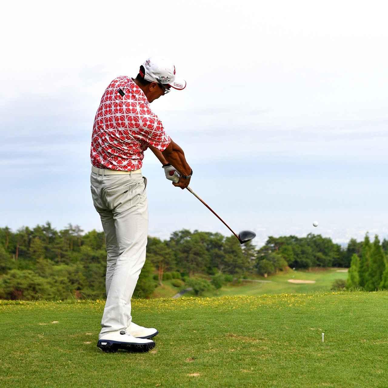 画像: フォローでは左ひざが伸びる
