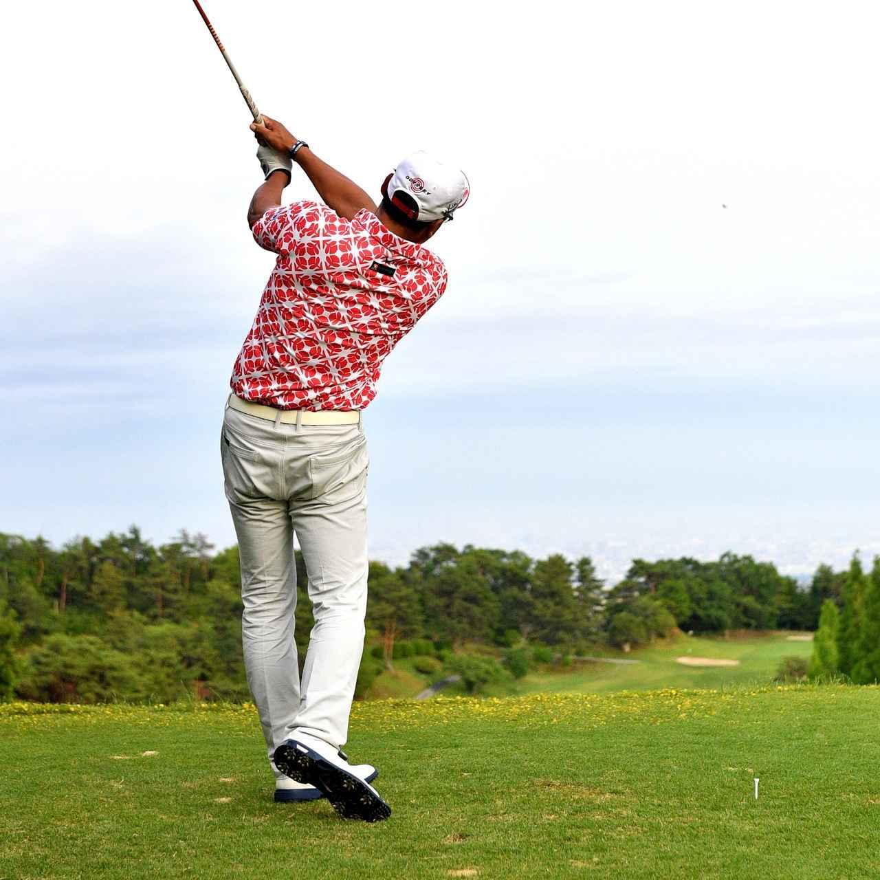 画像: 左ひざを伸ばすことで回転していく