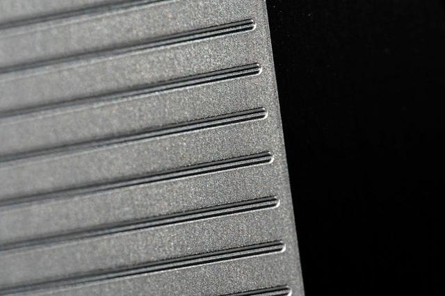 画像: フェース面の平面精度を極限まで高めた「鏡面ミーリングフェース」に、ルールギリギリのスコアライン形状を入れた。高いスピン性能も実現している