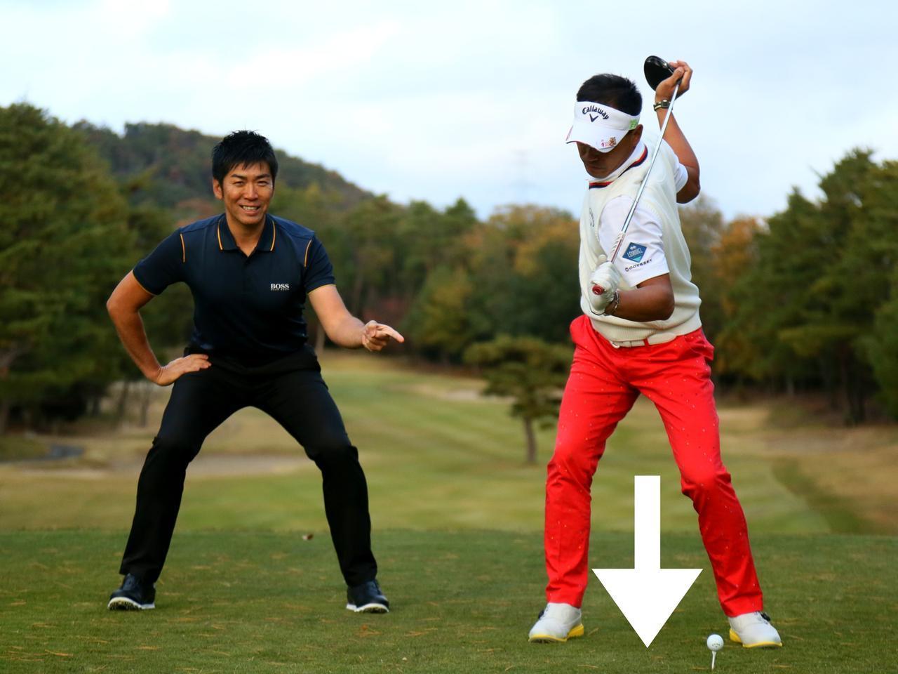 画像: 上半身はトップのまま、スクワットするように下半身を沈み込ませる。「つまり、地面を強く踏んでいるわkです」(吉田)