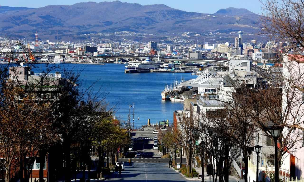 画像: 〈函館〉港から函館山につづく八幡坂(はちまんざか)