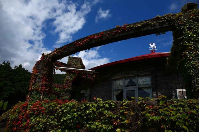 画像: 赤い屋根のクラブハウス、ハウス設計も岸田日出刀。円形部分がレストラン。ハウス本体は建て替えられたがこの部分は保存され使われている
