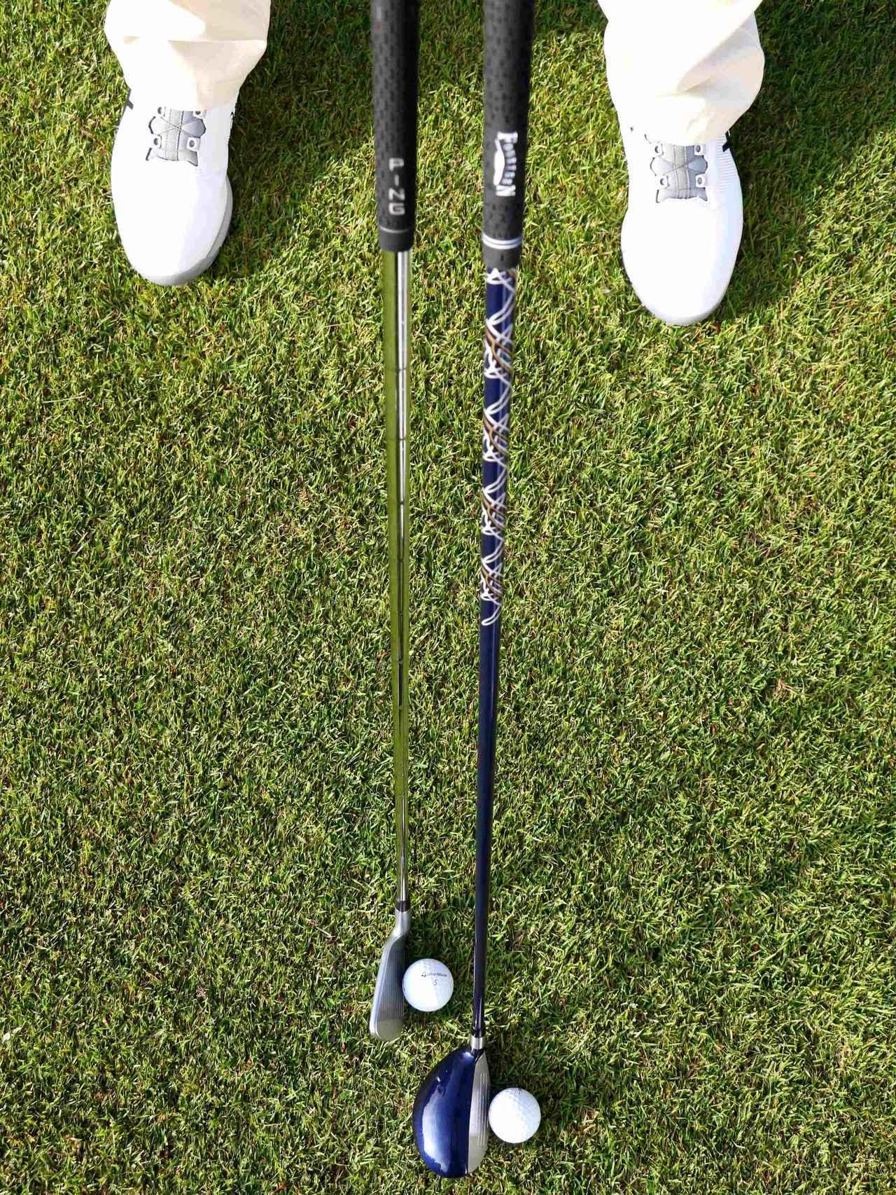 画像: A1. アイアンよりボール1個分左足寄りに。払うように打ちたいのでアイアンより少しだけ左へ。こうするとスピン量も減ります(内海)