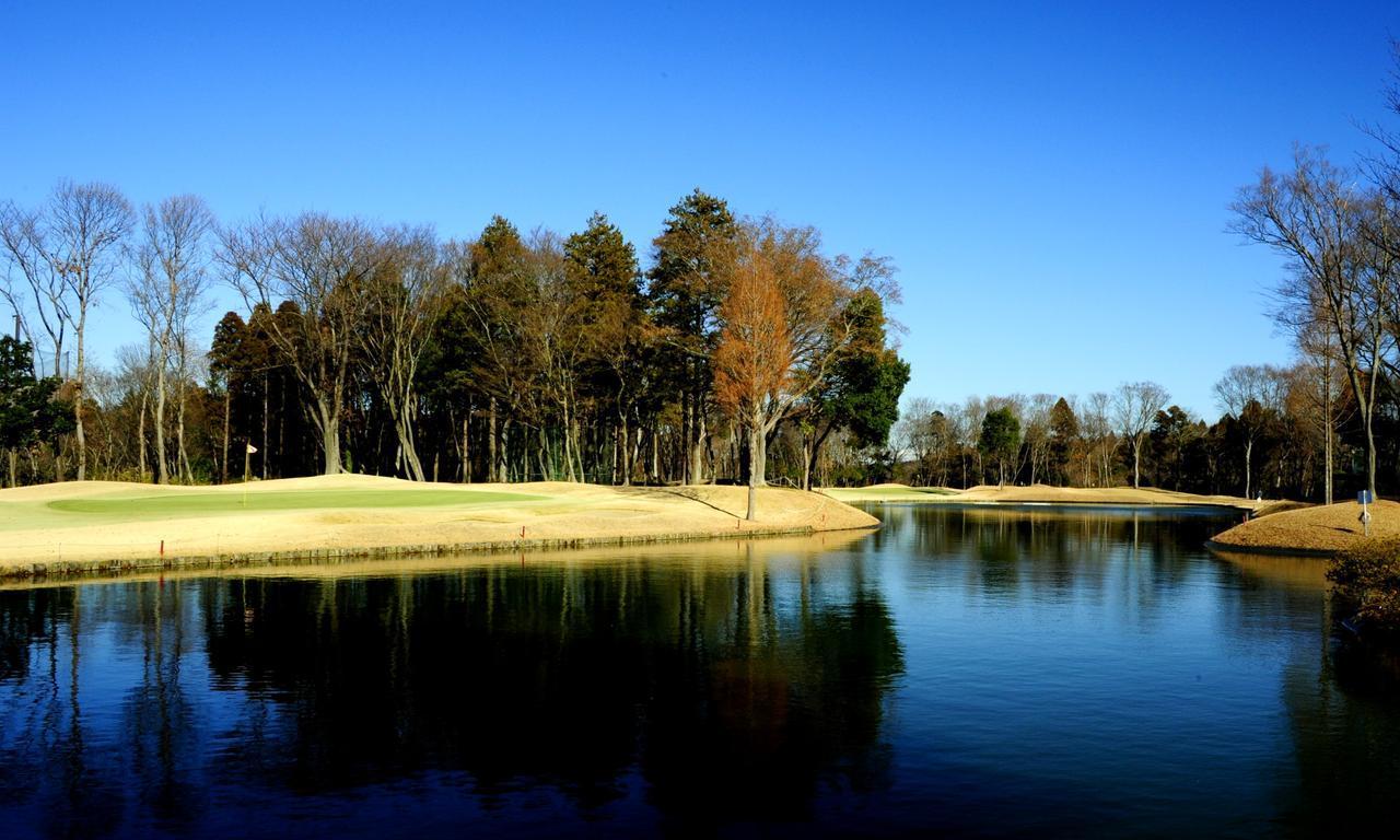 画像: 大きな池を囲むようにホールが連なる2番(11番)から5番(14番)
