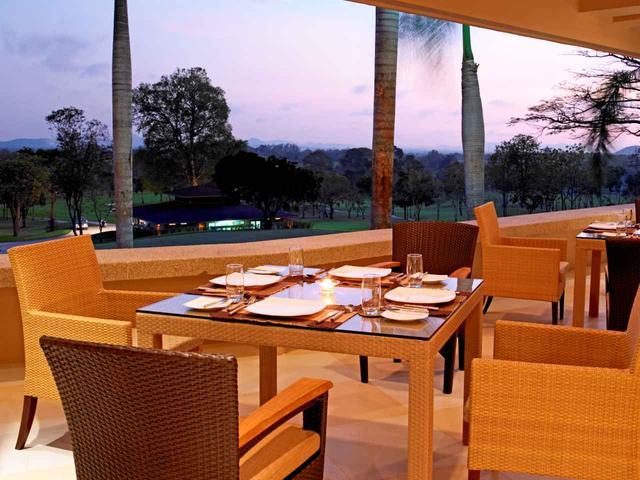 画像: レストランからは、コースとパタヤの風景がパノラマで楽しめる