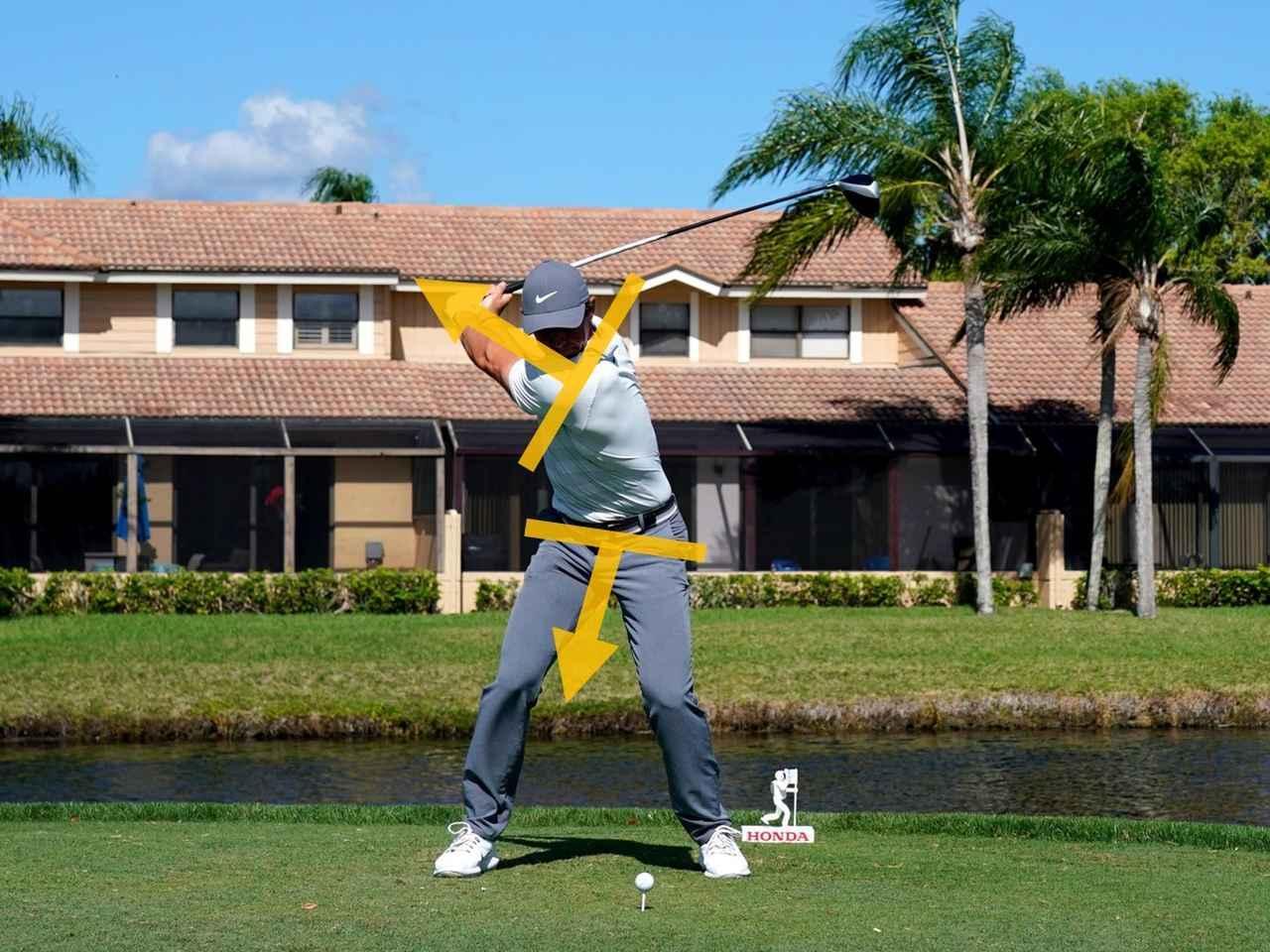 画像: 下半身に引っ張られるように、腕とクラブが動くことで、ねじり戻しができ、厚いインパクトが作られる