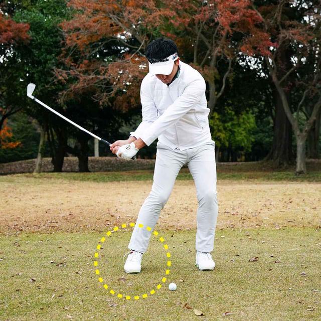 """画像: 【ミート率】インパクトをアドレスに近づけるプロの工夫、竹安俊也の場合「クラブの通り道を作るため、ダウンスウィングは""""逆K""""ポーズ」"""