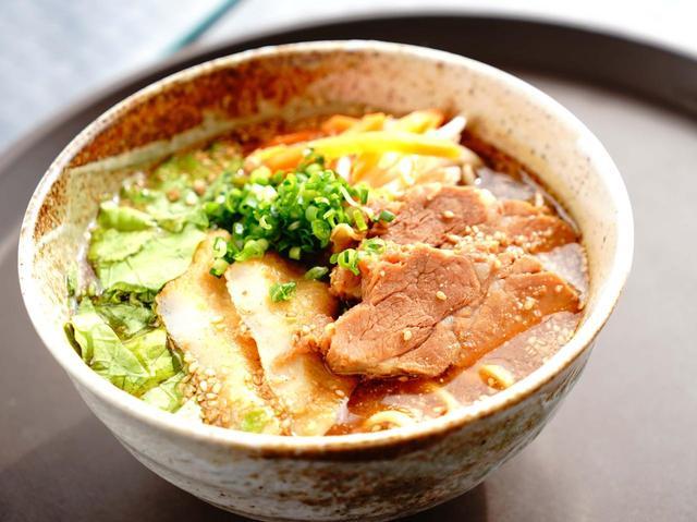 画像: 「オーシャンリンクス宮古島」オリジナルの味噌宮古そば。しっかりした味噌味は濃厚でクセになる
