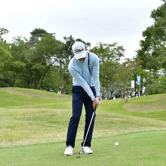 画像3: 【アプローチ】日本のナショナルチームで覚えたワザ、中島啓太選手の転がし寄せ。「常に転がせないかを考えています。番手を替えるだけでカンタンです」