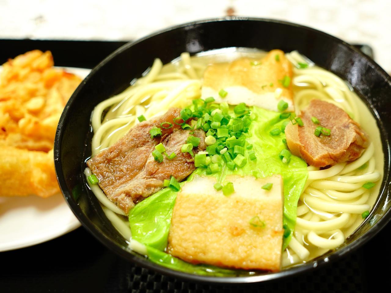 画像: 「くになか食堂」あっさりした中にカツオ出汁が効いたスープと太麺の組み合わせは、宮古そばの定番