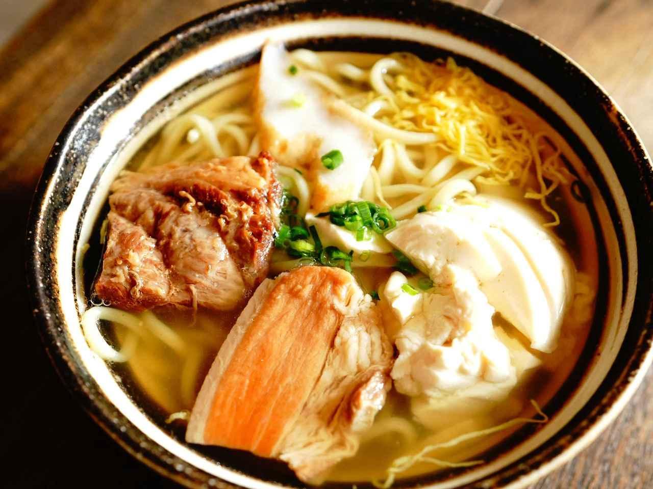 画像: 「伊良部そば かめ」つるつるの自家製麺となまり節を使った出汁が絶品。沖縄特有の古民家を使った食堂