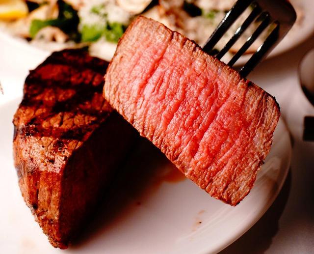 画像: 宮古郡の多良間島で育った「多良間牛」のステーキ。ダグズグリルだけのメニュー。ナパワインなどのワインも豊富