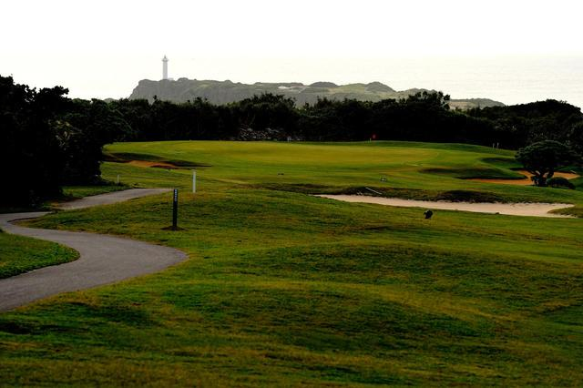 画像: 18H  6955Y P72 グリーンの向こうに見えるのは宮古島の南端「東平安名崎灯台」