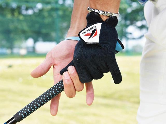 画像: 両手の人指し指と小指を外してグリップ。大げさにやるとこういう握りです。