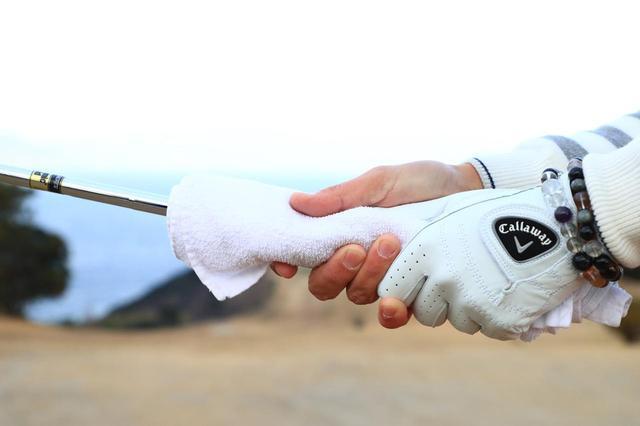 画像: グリップにタオルを巻きつける