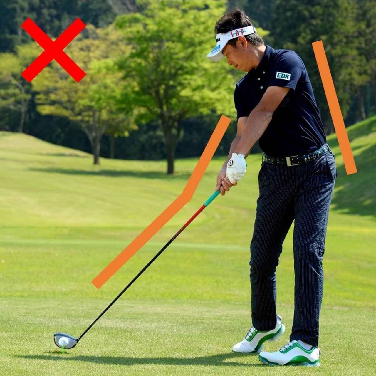 画像: 身体が左に流れると、手元が浮いてフェースの下目に当たる