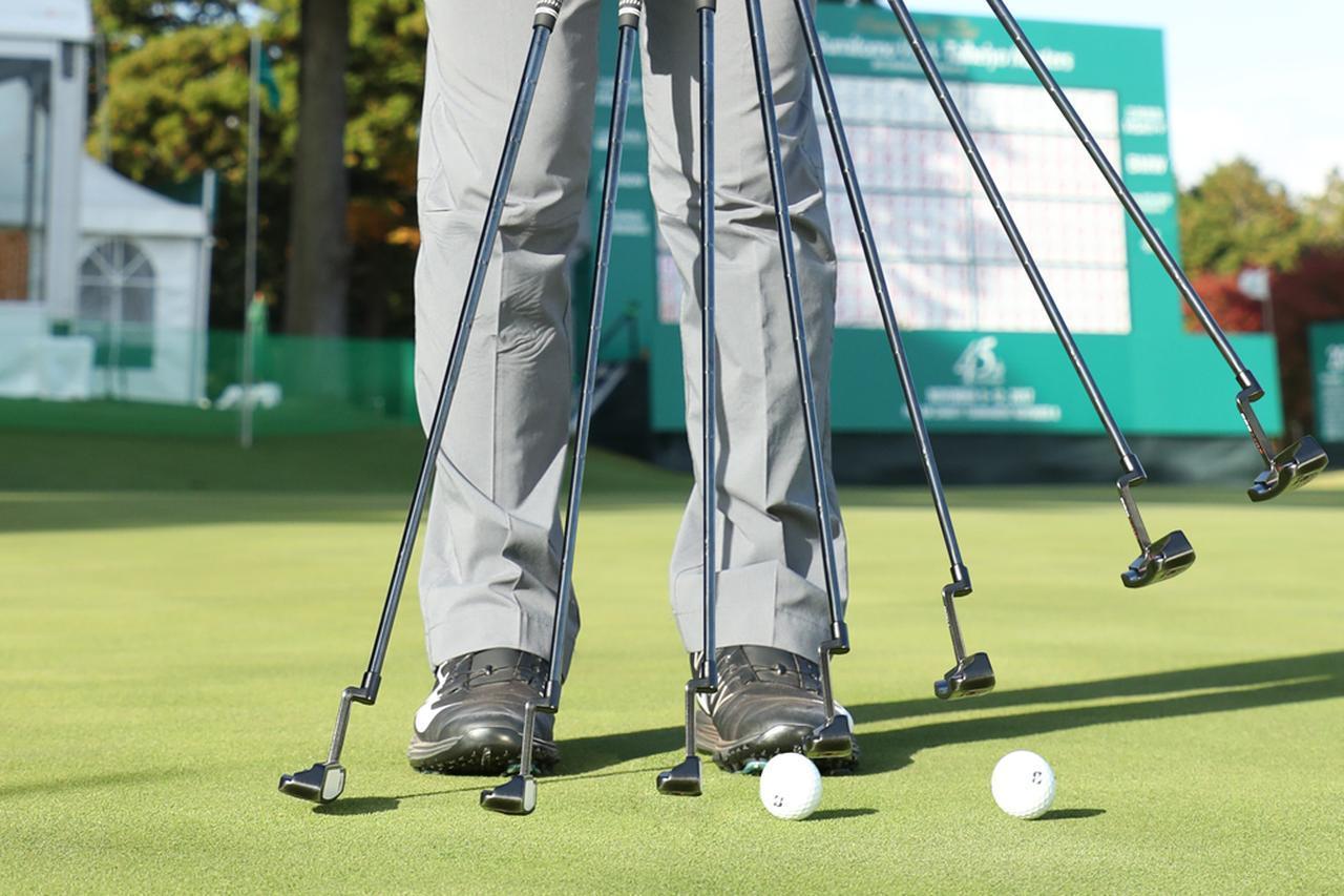 画像: ヘッドを直線的に当てると出だしでボールが「飛ぶ」ので誤差が生じやすい。ヘッドを上に引き上げると、最初から純回転で「転がる」のでスムーズに目標へ向かう
