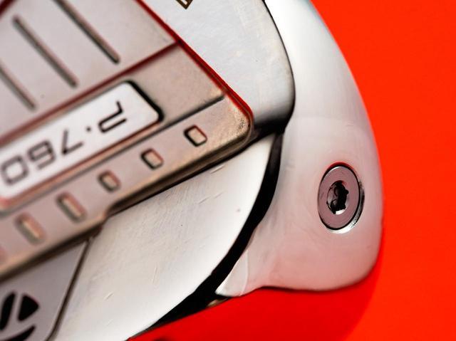 画像: このネジ部分から充填剤「スピードフォーム」を注入することで、打感や打音が良くなっている