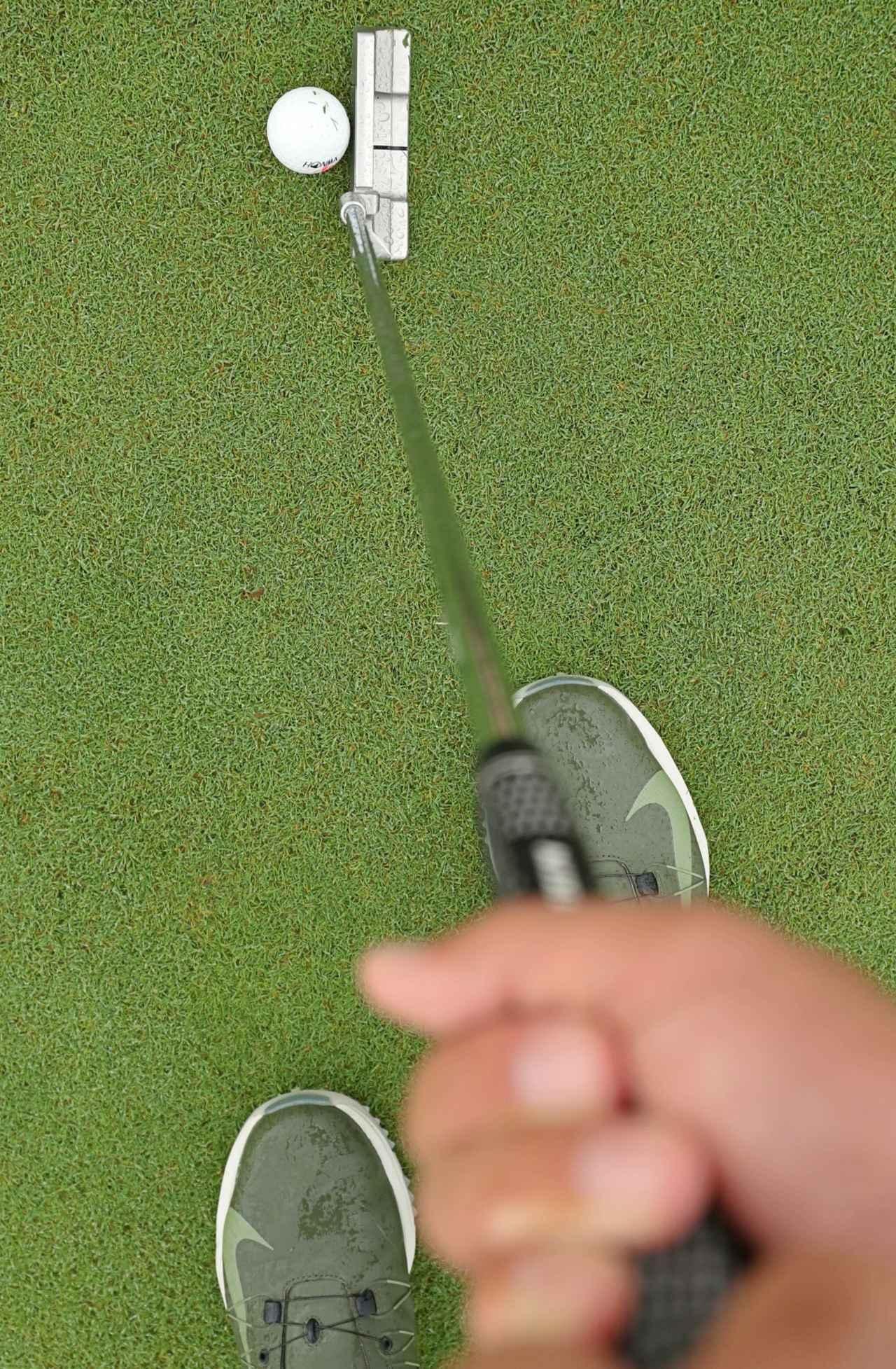 画像: ①カップを見て右手のひらを意識して右手で打つ方向にヘッドを合わせる ②右足の上に頭を置き、右足と肩のラインが「直角」になるように構えると、ラインに対して真っすぐ構えられる