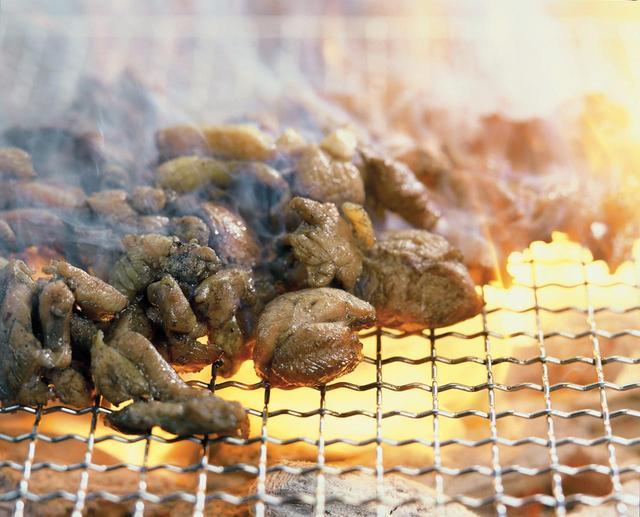画像: 「宮崎地鶏」。まずは炭焼きで!
