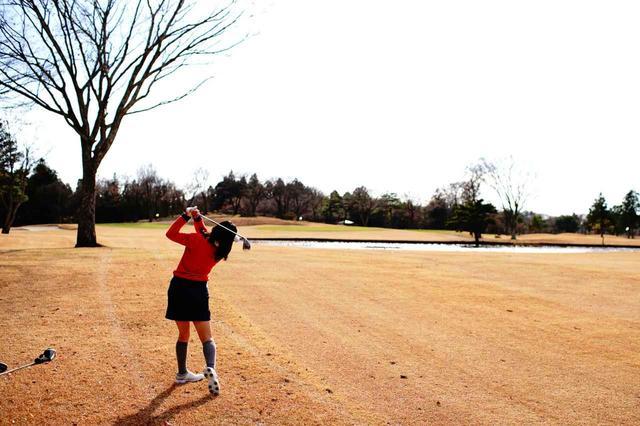 画像: 2番パー5の3打目は池を避けて左へ。ナイスボギー